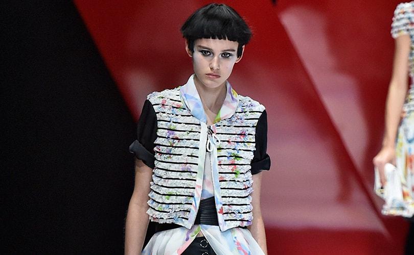 ... couturiers présentant vendredi à Milan leur collection femme pour l hiver  ont trouvé l inspiration dans les formes g eacut. Mode. Mode à Milan  Armani  ... 0cf6d8fdc095